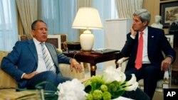 美國國務卿克里和俄羅斯外長拉夫羅夫星期一在巴黎的會晤。