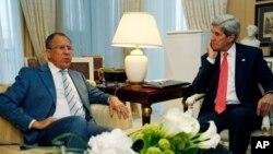Menlu AS John Kerry (kanan) dan Menlu Rusia Sergei Lavrov, dalam pertemuan di Paris (27/5).