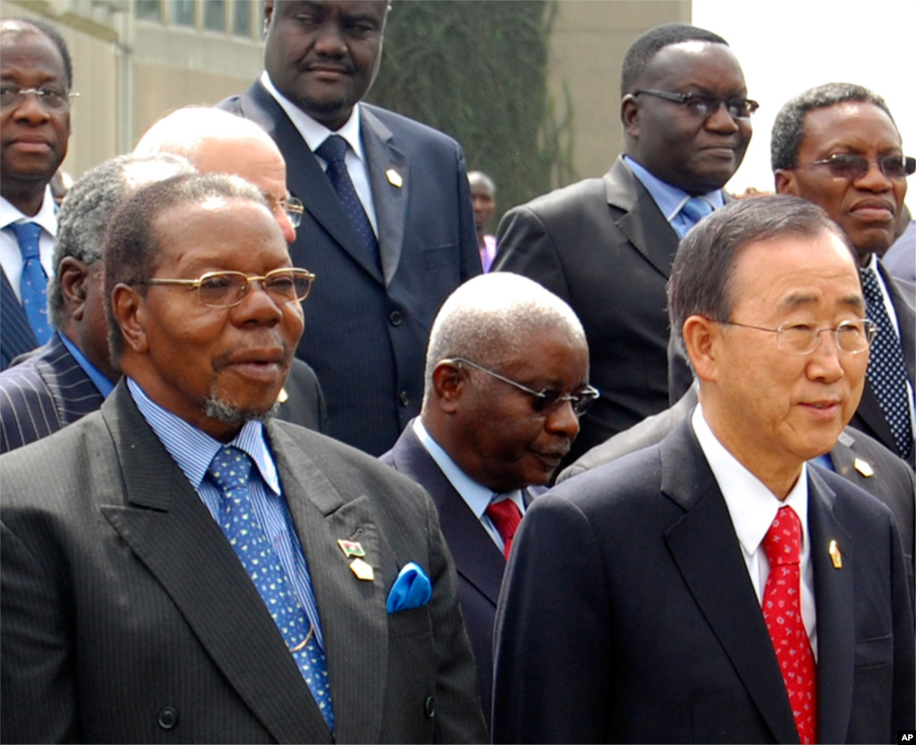 Malawi's President Bingu wa Mutharika standing with United Nations Secretary General Ban Ki-moon, right, as they pose with various other heads of states members of the African Union during a summit meeting in Addis Ababa, Ethiopia, January 30, 2011. (AP