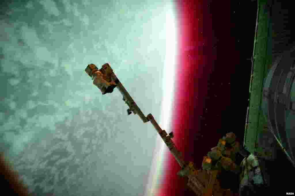 "Foto ""aurora"" yang diambil oleh astronot NASA Scott Kellydari stasiun antariksa internasional (ISS)."