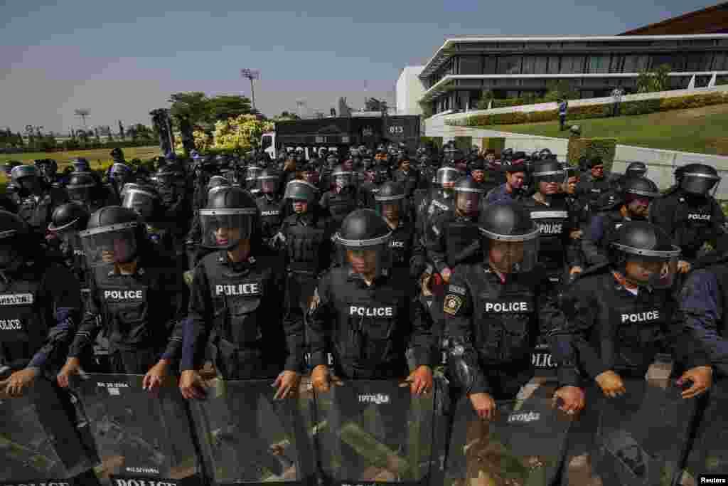 28일 태국 잉락 총리의 퇴진을 요구하는 반정부 시위가 계속되는 가운데, 잉락 총리가 회의 중인 건물 앞을 진압 경찰들이 지키고 서 있다.