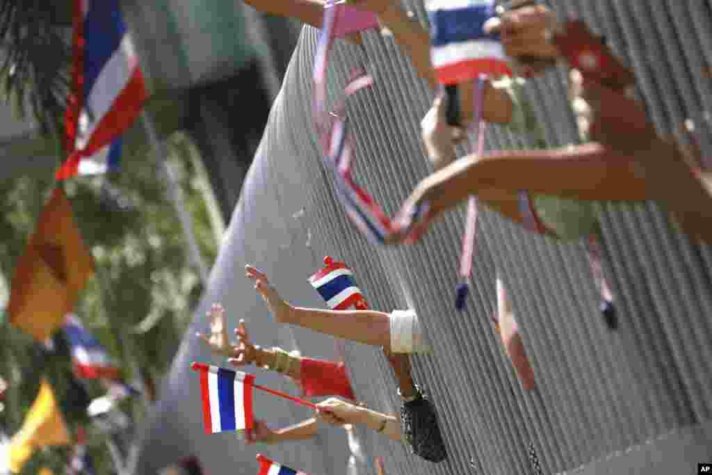 Waungaji mkono wakiwapungia mkono waandamanaji wanaoipinga serikali mjini Bankok, Nov. 27, 2013.