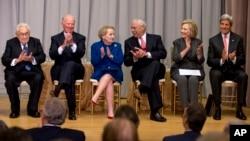 미국의 전현직 국무장관들이 지난 2014년 9월 워싱턴 국무부에서 열린 '미외교센터' 기공식에 함께 참석했다. 왼쪽부터 헨리 키신저, 제임스 베이커, 매들린 올브라이트, 콜린 파월, 힐러리 클린턴 전 장관과 존 케리 장관.