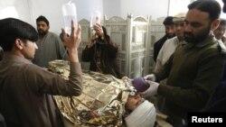 Ông Hilal Khan, một nhân viên thuộc chiến dịch chủng ngừa sốt bại liệt, bị các tay súng lạ mặt bắn bị thương nặng, được đưa đến chữa trị tại Bệnh viện Lady Reading trong tỉnh Peshawar của Pakistan, 19/12/12
