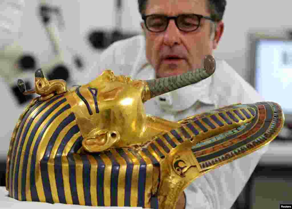លោក Christian Eckmann ដែលជាអ្នកអភិរក្សនិយមជនជាតិអាល្លឺម៉ង់ម្នាក់ធ្វើការដើម្បីស្តារឡើងវិញនូវស្រោមមុខមាសរបស់សេ្តច Tutankhamun នៅសារមន្ទីរអេហ្ស៊ីប នៅក្នុងក្រុងគែរ (Cairo) កាលពីថ្ងៃទី២០ ខែតុលា ឆ្នាំ២០១៥។