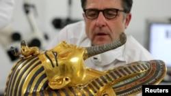 مرمت ماسک طلای توت عنخ آمون توسط کارشناس آلمانی در موزه قاهره- ۲۰۱۵