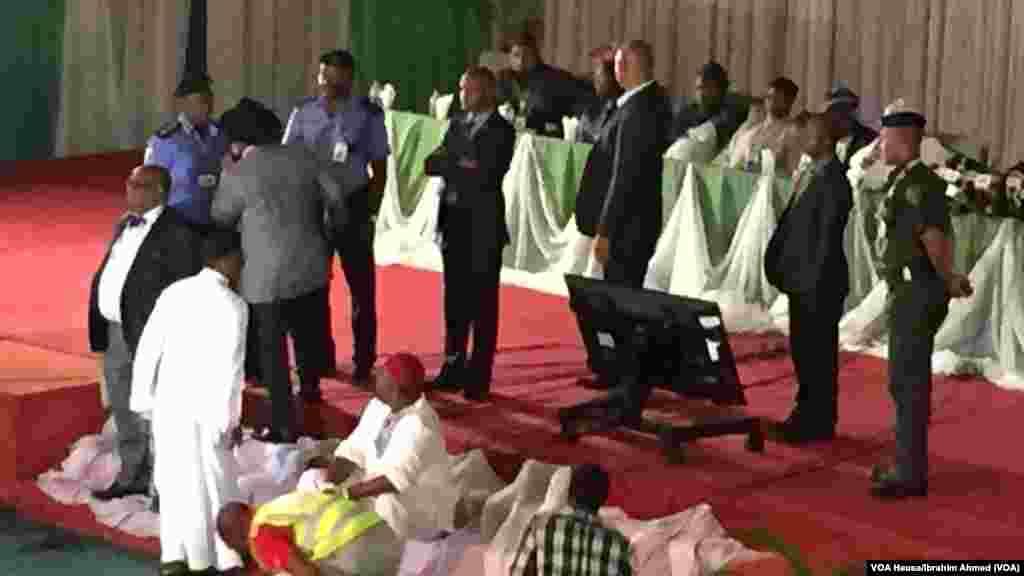 Wakilin jam'iyyar PDP, Mr. Orubebe, ya hana ci gaba da aikin tattara sakamakon zaben shugaban kasa a Abuja na kusan Rabin awa suna zargin Jega cewa yana goyon bayan APC.