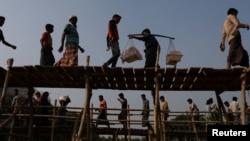 Rohingya refugees cross two bridges at Kutupalong refugee camp, near Cox's Bazar, Bangladesh, Nov. 28, 2017.