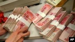 中國人民幣(圖)星期五正式開始和日元直接交易。