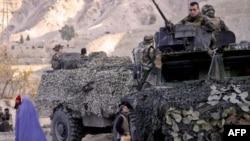 在阿富汗村庄巡邏的法國坦克兵。