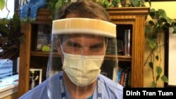 دکتر جرالد (جری) گیشیوچ، رئیس بخش قلب بیمارستان راچستر جنرال در ایالت نیویورک، یکی از ماسکهای اهدایی را به صورت زده است.