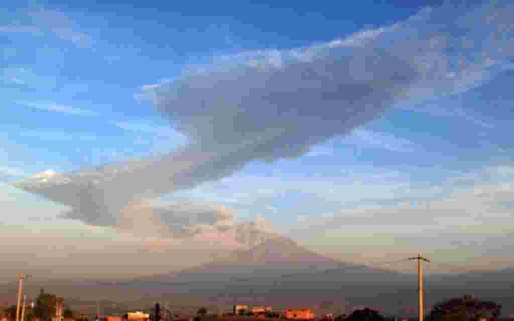 Una gran columna de cenizas se eleva desde el volcán Popocatépetl, visto desde la carretera a Atlixco, México la madrugada del viernes 3 de junio de 2011. Los 5.450 metros que disparo con la explosión de una montaña de cenizas cerca de 3 kilómetros por en