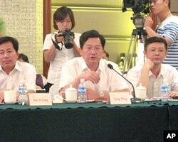 南京市监察局副局长杨平(中)