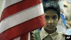 بوائے اسکاؤٹ عمر فاروق، ورجینیا، امریکہ کی ایک مسجد کے باہر امریکی جھنڈے کے ساتھ۔