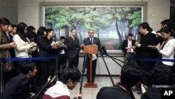 Trợ lý Bộ trưởng Ngoại giao Hoa Kỳ Kurt Campbell (giữa) nói chuyện với các phóng viên báo chí sau cuộc họp với Ngoại trưởng Nam Triều Tiên Kim Sung-hwan tại Bộ Ngoại giao Nam Triều Tiên ở Seoul hôm 16/4/12
