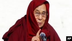Lãnh tụ tinh thần Tây Tạng hiện đang sống lưu vong tại Ấn Độ từ năm 1959 và bị Trung Quốc xem là một phần tử ly khai.