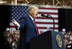 El presidente Donald Trump hablando durante un acto de campaña en Cleveland, Ohio, el lunes, 5 de noviembre de 2018.