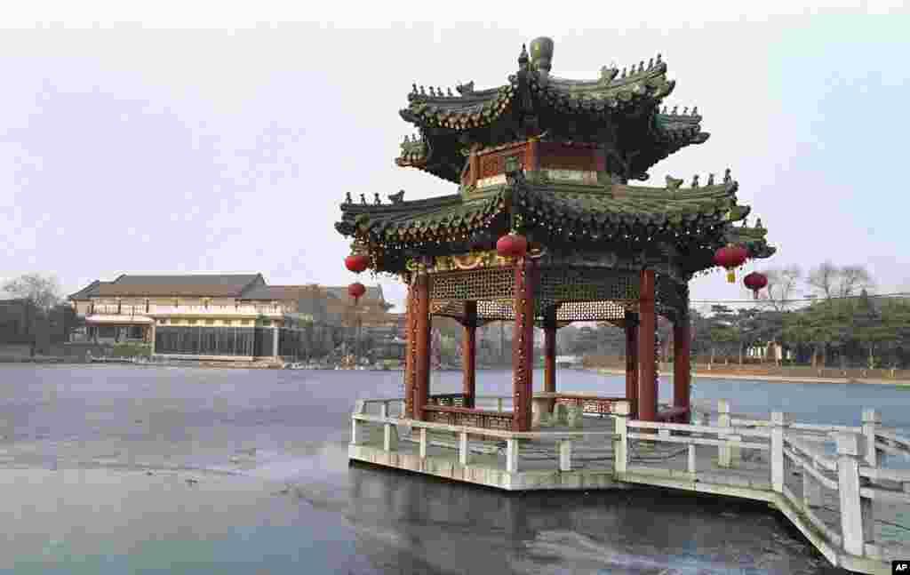 北京钓鱼台国宾馆的湖面和亭台楼阁,背景是18号楼,是访问中国首都的外国元首或政府首脑下榻之处(1989年2月1日),例如1989年的美国总统乔治·布什就曾经住在这里。钓鱼台国宾馆比美国华盛顿的布莱尔国宾馆大得多。布莱尔国宾馆是路边的楼房,在白宫斜对过。