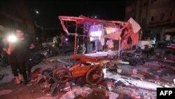 Des personnes sont rassemblées après une frappe aérienne sur un marché dans la ville de Maarat al-Numan, en Syrie, le 21 mai 2019.