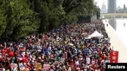Nhiều người tụ tập tại Quảng trường Quốc gia kỷ niệm 50 năm cuộc Tuần hành tại Washington, 24/8/2013