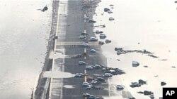 12일 미야기현 센다이 공항 활주로에 쓰나미에 휩쓸린 차량들이 널브러져 있다.