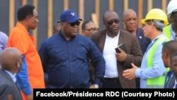 Président Félix Tshisekedi (2e G) na ministre ya Finances, Sele Yalaghuli, bazali kosolola na DC ya Safricas, David Blattner (4e D) na DG ya Offices des routes, Mutima Sakrini (1e G), na chantier moko ya Saut-de-mouton, Kinshasa, 14 février 2020. (Faceboo