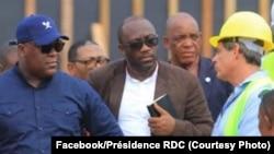 DG ya Safricas, David Blattner (1e D) azali kolimbola na président Félix Tshisekedi (2e G) na ministre ya Finances, Sele Yalaghuli, na chantier moko ya Saut-de-mouton, Kinshasa, 14 février 2020. (Faceboo