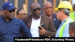 David Blattner (D) na DG ya SAFRICAS na président Félix Tshisekedi (G) elongo na ministre ya Finances, Sele Yalaghuli, bazali kosolola na chantier moko ya Saut-de-mouton, Kinshasa, 14 février 2020. (Faceboo