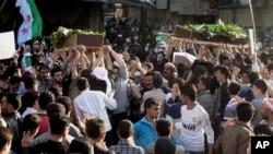 叙利亚民众4月20日在大马士革的多马郊区举行示威活动