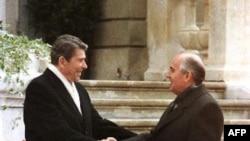 Президенты США Рональд Рейган и СССР Михаил Горбачев впервые встретились под Женевой 19 ноября 1985 года (архивное фото)