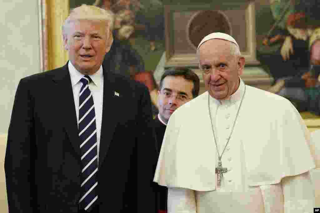 El presidente de EE. UU., Donald Trump, se encuentra con el papa Francisco durante una reunión, el miércoles 24 de mayo de 2017, en el Vaticano. (Foto AP / Evan Vucci, Piscina)