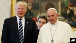 Prezidan Ameriken an Donald Trump, agoch, ak Pap François pandan yon rankont, mèkredi 24 me 2017 la, nan Vatikan. (Foto: AP/Evan Vucci, Pool)