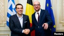 PM Yunani Alexis Tsipras (kiri) bersalaman dengan PM Belgia Charles Michel sebelum pertemuan di Brussels, Kamis (12/2).