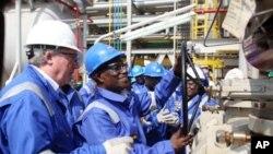 Le président John Atta Mills ouvrant les vannes à Takoradi