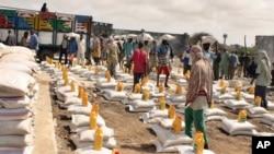 Wafanyakazi wa kutoa msaada wakijiandaa kusambaza mgao wa chakula kwenye kambi moja ya IDP mjini Mogadishu, Julai 25,2011