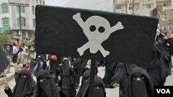 Para perempuan Yaman di kota Taiz ikut melakukan protes menuntut digulingkannya Presiden Ali Abdullah Saleh (17/7).