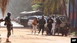 Люди убегают от отеля Radisson Blu в Бамако, Мали, 20 ноября 2015.