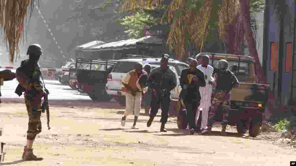 گروگانهای آزاد شده از هتل فرار می کنند. در همان لحظات اول حمله مهاجمان، دهها نفر از هتل گریختند.
