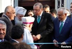 Presiden Turki Tayyip Erdogan dan Perdana Menteri Bulgaria Boyko Borissov menghadiri pembukaan kembali gereja Ortodoks Bulgaria St. Stefan di Istanbul, 7 Januari 2018.