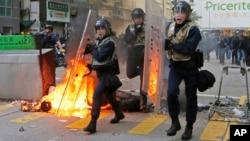 2016年2月9日香港旺角: 防暴警察面对抗议者