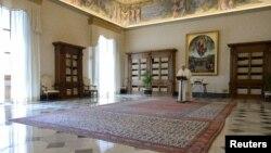 پاپ فرانسیس به دلیل قرنطینه اجباری در ایتالیا، از داخل ساختمان و از طریق ویدئو نیایش هفتگی را برگزار میکند.