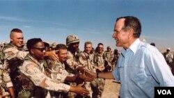 """Prezident Corc Buş """"Səhrada Fırtına"""" əməliyyatı ərəfəsində əsgərlərlə görüşür."""