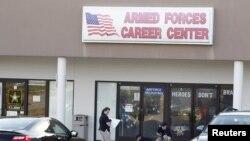 Age FBI sedan menyelidiki lokasi penembakan di Armed Forces Career Center, Chattanooga, Tennessee (16/7).