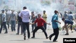14일 이집트 카이로에서 무르시 지지 농성을 벌이던 시위대가 군부의 강제 진압으로 흩어지고 있다.