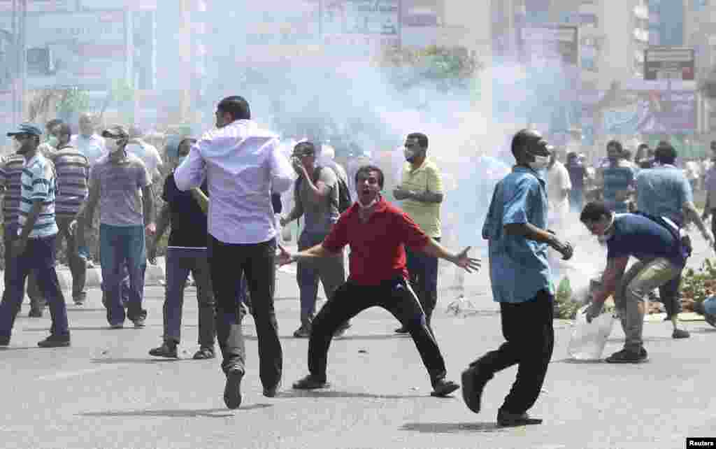 Los seguidores no dejaron de gritar eslóganes y lanzar objetos contra las fuerzas de seguridad.