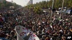 Những người ủng hộ giáo sĩ Tahir-ul Qadri đang nghe ông nói tại cuộc biểu tình chống chính phủ, 15/1/13
