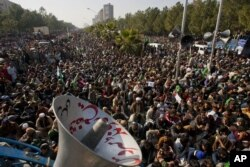 Supporters of cleric Tahir-ul Qadri listen to his speech at an anti-government rally in Islamabad, Pakistan, January 15, 2013.