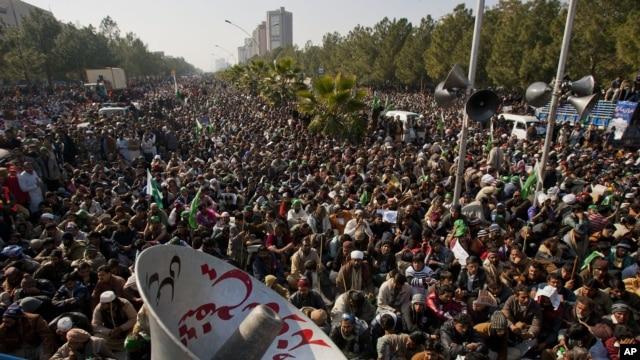 Para pendukung ulama Pakistan Tahir-ul Qadri melanjutkan aksi protes di Islamabad menuntut pembubaran pemerintah (15/1). Mahkamah Agung Pakistan telah memerintahkan penangkapan PM Raja Pervez Ashraf terkait korupsi dalam jabatan sebelumnya.