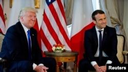 Tổng thống Pháp Macron (phải) và Tổng thống Mỹ Trump, tại hội nghị thượng đỉnh NATO ở Bruxelles, Bỉ, ngày 25/5/2017.