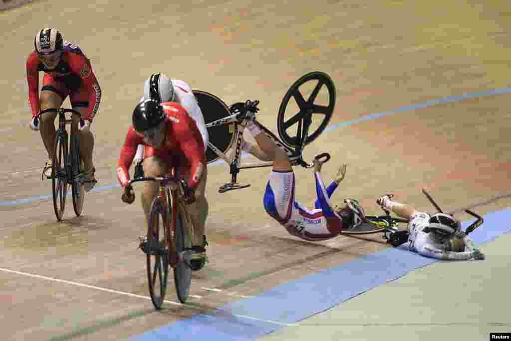 Russia's Ekaterina Gnidenko and Australia's Caitlin Ward (R) fall after a collision during the women's kerin at the UCI Track Cycling World Cup in Cali, Colombia, Jan. 18, 2015.